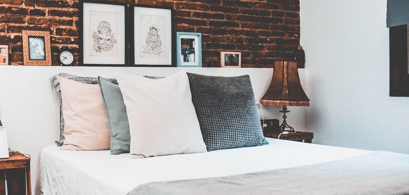 cojines en una cama de un hotel con sabanas de franela