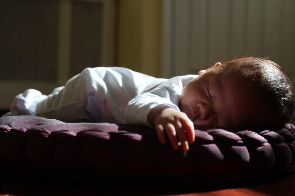 bebé que duerme en verano fresco